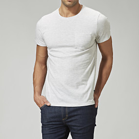 T-shirt från East West - offwhite   Brothers.se